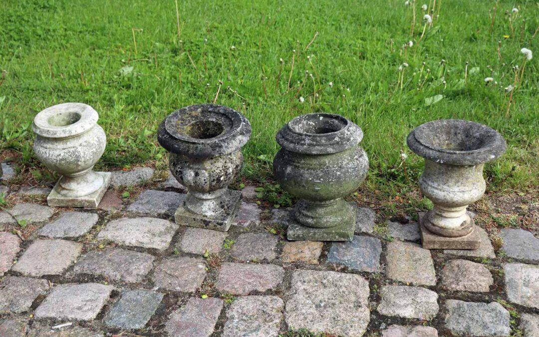 4 små, antikke havekrukker i marmor fra England.