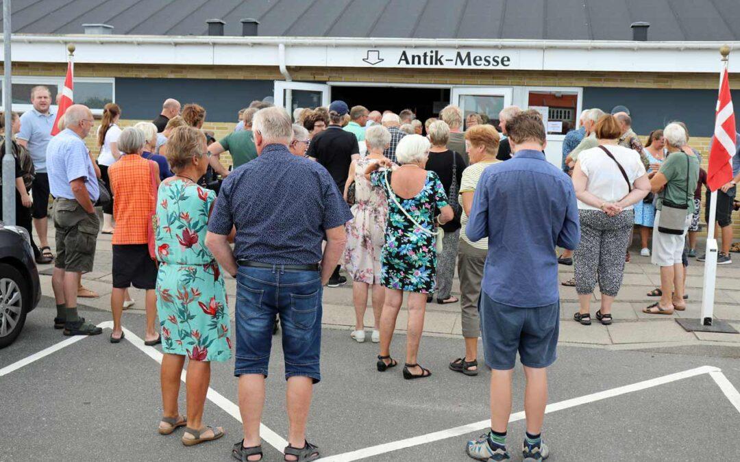 Besøgende står i kø til åbningen af Løkken Antikmesse 2018 i Løkken Idrætscenter.