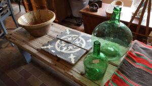 lerfad fliser med moenster og groenne olivenflasker