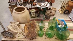 brunt lertoej korkeg groenne olivenflasker og krukke