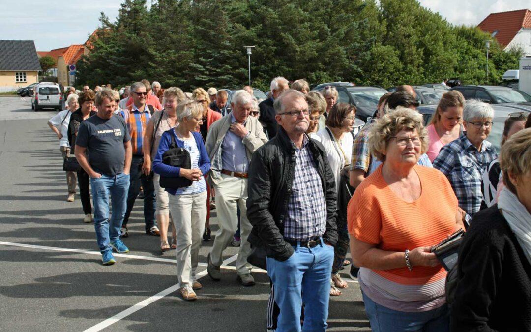 Folk venter på at Løkken Antikmesse 2016 åbner.