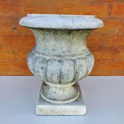 antik, engelsk havekrukke i marmor.