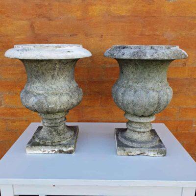 To styk antikke havekrukker i marmor fra England.